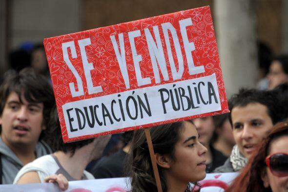 Alrededor de unos 15 mil estudiantes chilenos marcharon por la capital S...