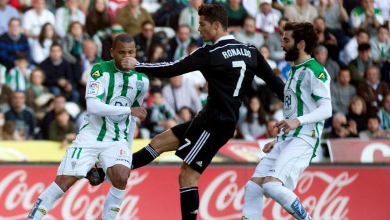 El portugués perdió la cabeza al tirarle una patada a Edimar que le vali...