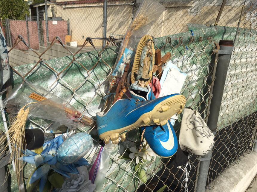 Los tacos de futbol que usó el chico José Méndez cuelgan en una calle de...