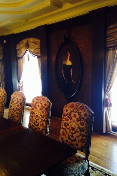 Algunos salones y muebles de la casa permanecen intactos. Detalles del D...