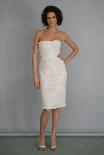 La novia madura puede usar en su boda de día, un vestido corto, entallad...