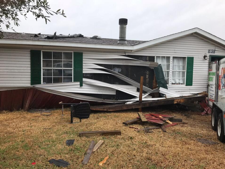 Vecinos en Joshua se levantaron con la amenaza de fuertes vientos.