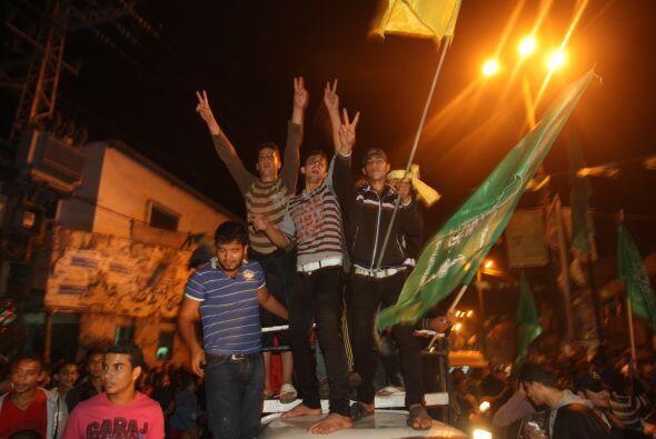Grupos de milicianos salieron a las calles efectuando disparos al aire p...