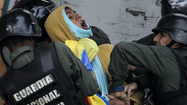 Guardia Nacional Bolivariana (GNB) aprehende a un manifestante durante e...