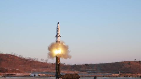 Imagen televisiva del lanzamiento del misil norcoreano Pukguksong-2