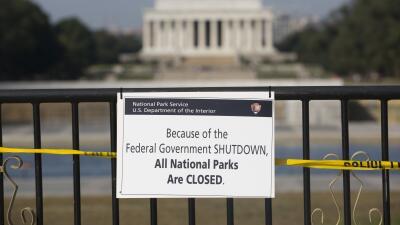 Un letrero de cierre frente al Lincoln Memorial en Washington DC en 2013...