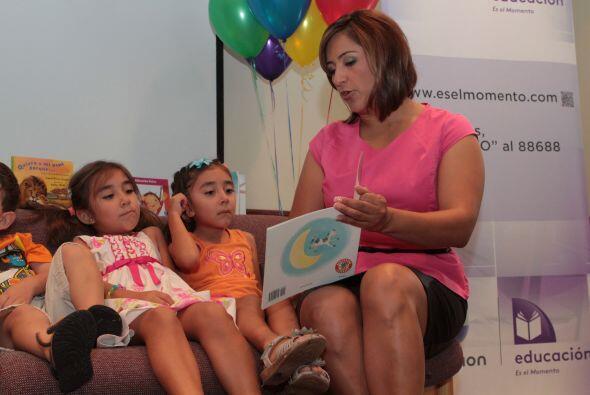 Martha Minjárez  leyendo a los niños. La lectura es una de las herramien...