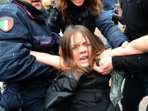 Un grupo de feministas italianas trató de abalanzarse con los sen...