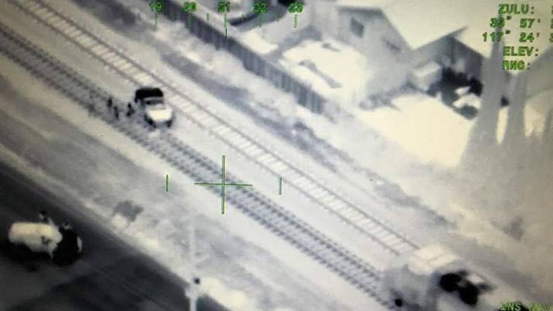 El tren se detuvo apenas a 40 pies del coche atascado en las vías