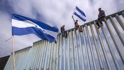 En la aduana de EEUU o sobre la valla fronteriza: la caravana de migrantes se hace sentir en la frontera