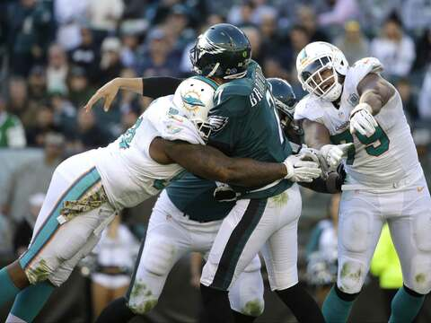 La defensiva de Miami sacó lesionado a Sam Bradford en el tercer...