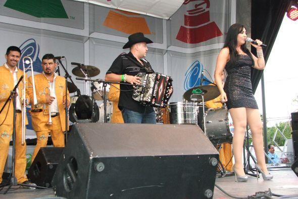 En esta ocasión, Graciela tocó con la banda Aventura, pues su banda tuvo...