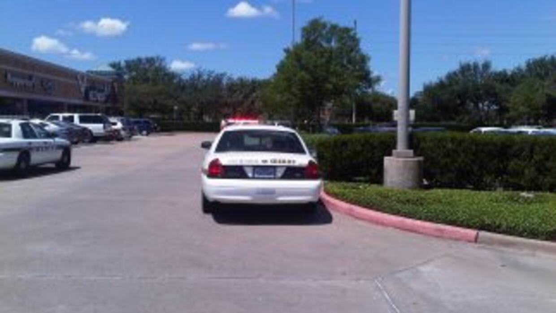 Un oficial resultó herido al trata de impedir un robo bancario en Sugar...