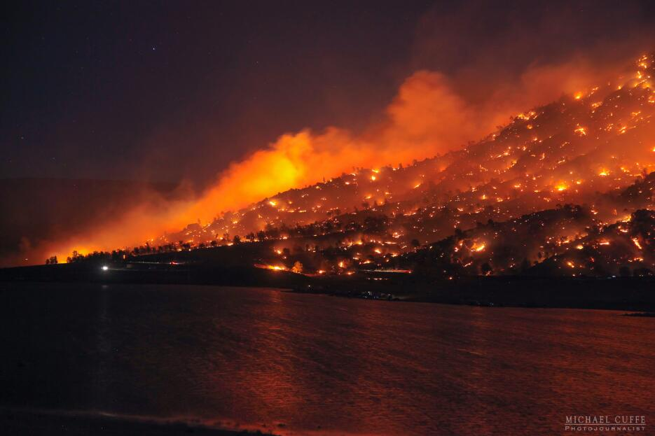 Cuando un incendio parece lava volcánica. En Kern, sur de California.