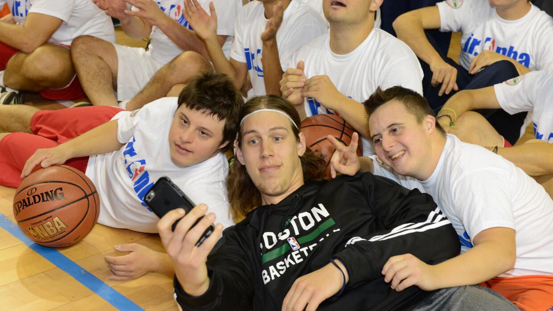 Kelly Olynyk de los Celtics comparte con los chicos de  Jr. NBA Special...