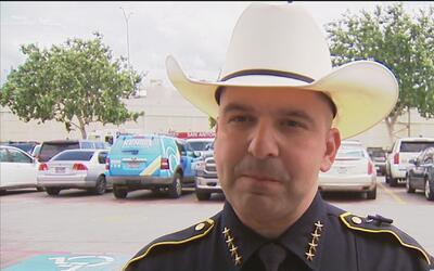Tres agentes de policía del área de San Antonio fueron detenidos por man...