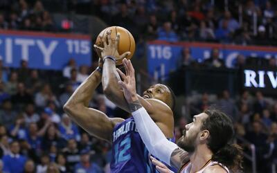 Dwight Howard (12) de los Hornets de Charlotte dispara al aro ante Carme...