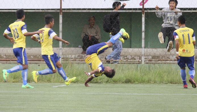 Peter Biaksangzuala durante un partido en la India murió luego de un gol...