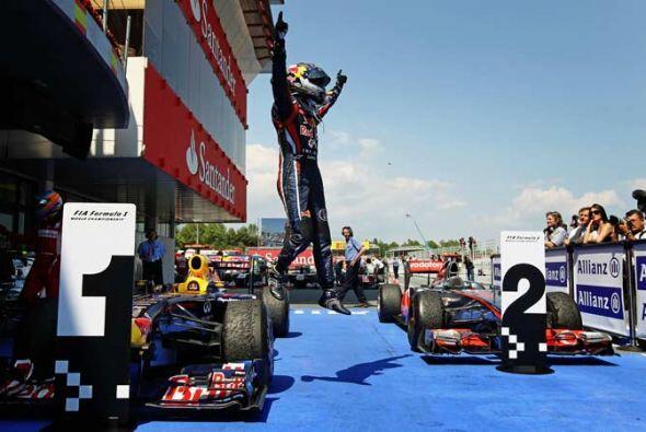 La celebración de Vettel comenzó en cuando se bajó de su Red Bull.