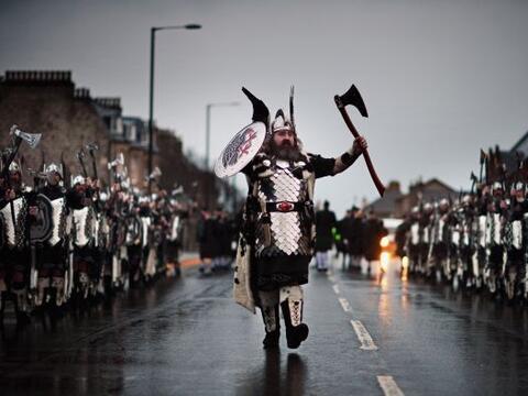 Lugareños vestidos como vikingos marchan por las calles de Lerwic...