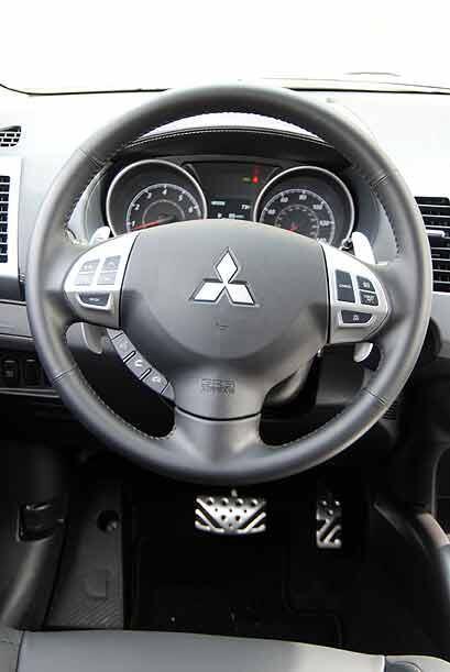 El volante es el mismo que se utilizó en el Mitsubishi Lancer Evolution.