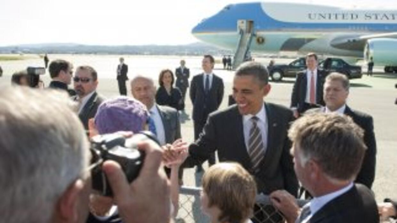 El Presidente Barack Obama saluda a sus seguidores que lo esperaban en e...