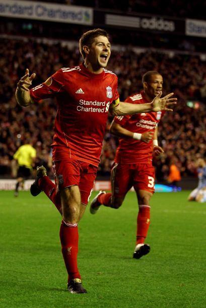 En el segundo tiempo entró de cambio el capitán 'Red' Steven Gerrard par...
