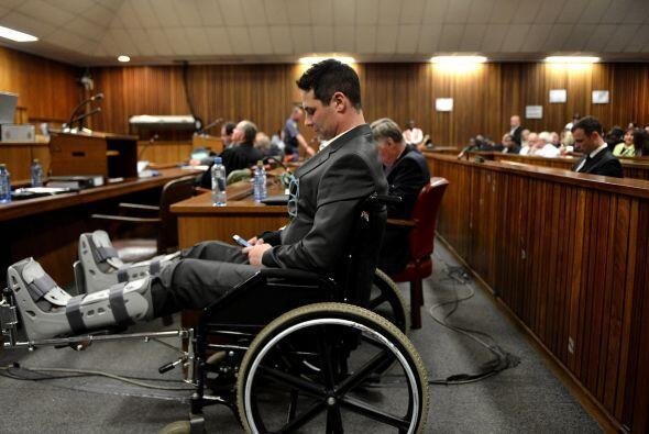 Carl Pistorius, hermano del acusado, llegó en silla de ruedas tras sufri...