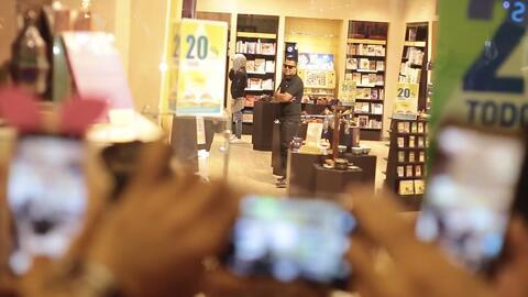 Una mujer se hace pasar por Justin Bieber y desata el caos en un centro...