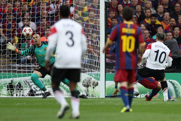 Buena triangulación entre Rooney y Giggs dentro del área y la pelota le...