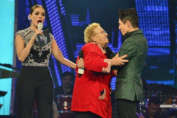La abuela de Corona le dio un último abrazo.