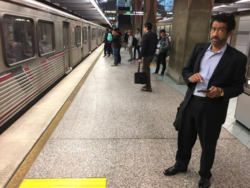 Cada día, unas 6,000 personas usan la estación Universal City del metro...