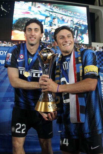 Zaneti y Milito dieron la vuelta olímpica con la Copa en sus manos.