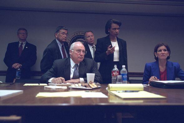 Los miembros de alto nivel de la administración Bush en el PEOC. (Imagen...