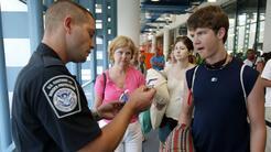 Agente federal del CBP en un puerto de entrada a Estados Unidos.
