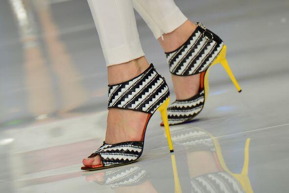 Otra cosa que debes considerar es en usar zapatillas con tacón grueso, d...