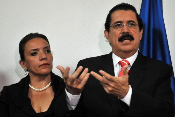 Zelaya asistió al Palacio Nacional acompañado por su esposa, Xiomara Cas...