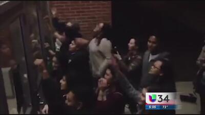 Arrestan a jóvenes por protestar por reducción de matrículas para 'dream...