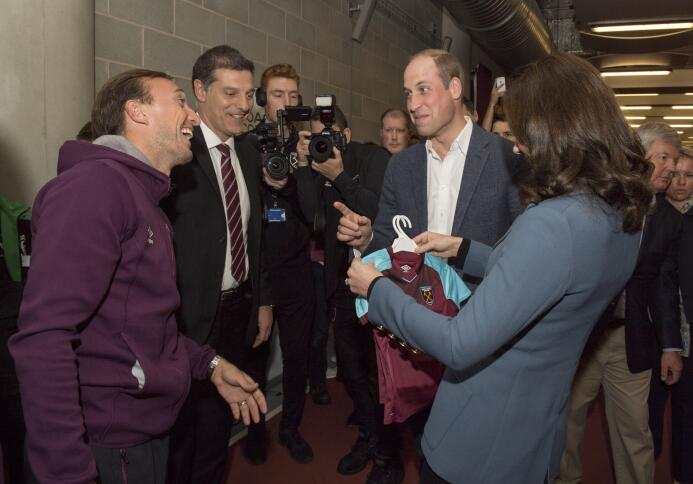 ¡Lord Chicharito!: Javier Hernández compartió con la familia real de Ing...