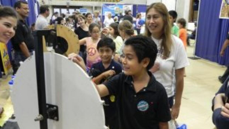 Patricia Herrera llevó sus dos hijos Luis y Jesus a la Feria Para Aprend...