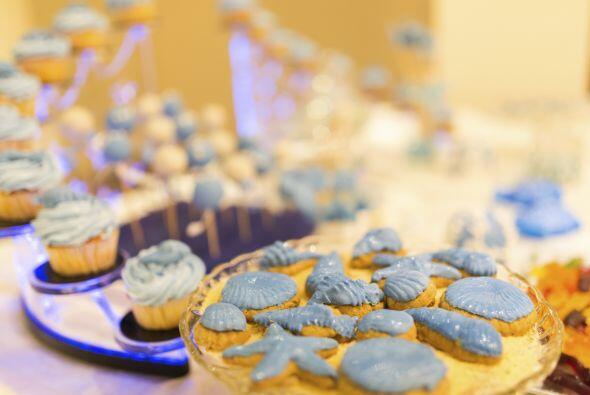 Prueba colocar muchos 'cupcakes' en una fuente para pasteles de tres pisos.