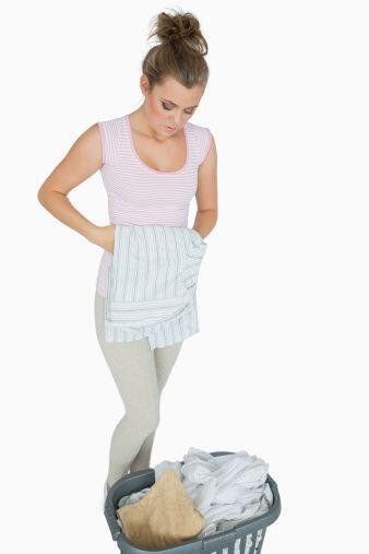 Asegúrate de separar la ropa en cestos diferentes clásificandola de acue...