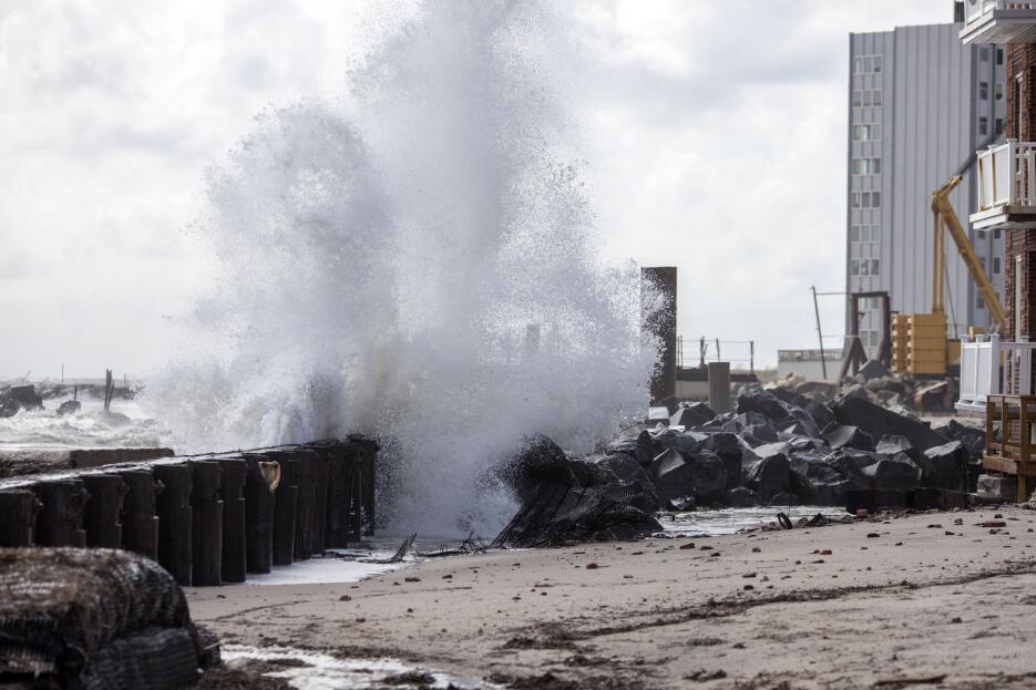 Temprano el domingo, la barricada parecía insuficiente en Atlantic City.