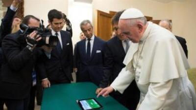 """El Papa Francisco observa una tableta para """"sembrar"""" un bosque de olivos..."""