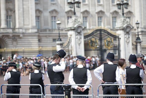 Guardias custodiando el Palacio. Mira aquí más videos de C...