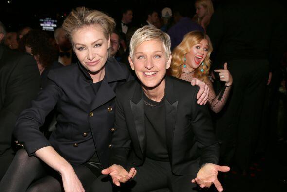 Portia di Rossi y Ellen DeGeneres dando su mejor pose, mientras detrás d...