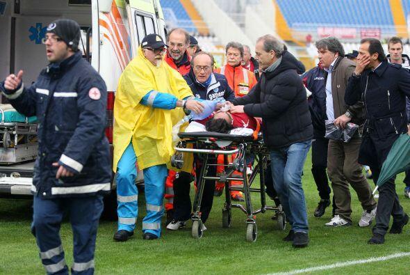Por fin llegó la ambulancia que lo trasladó al Hospital Civil Santo Spir...