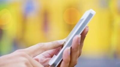 Una madre vio los mensajes de texto explícitos en el celular de su hijo.