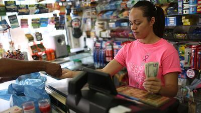 Yudelkis Hernández hace una venta en San Juan, Puerto Rico. Los puertorr...