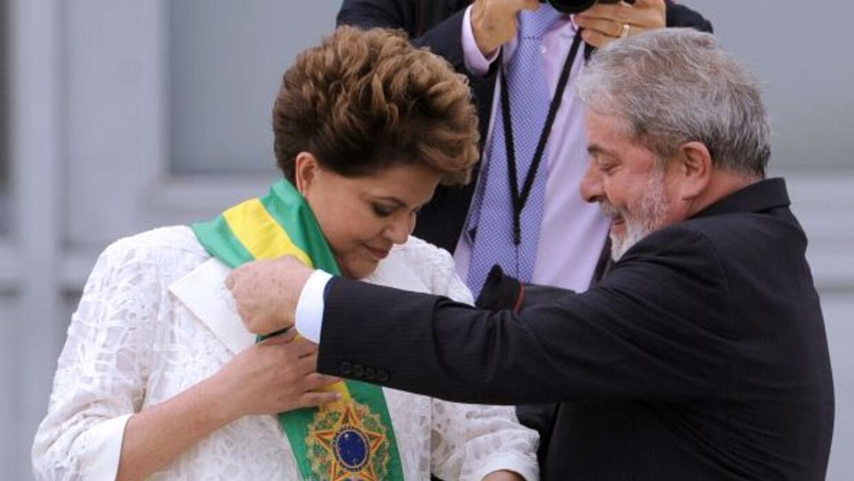 Dilma Rousseff recibió la banda presidencial de manos desu entecesor, Lu...